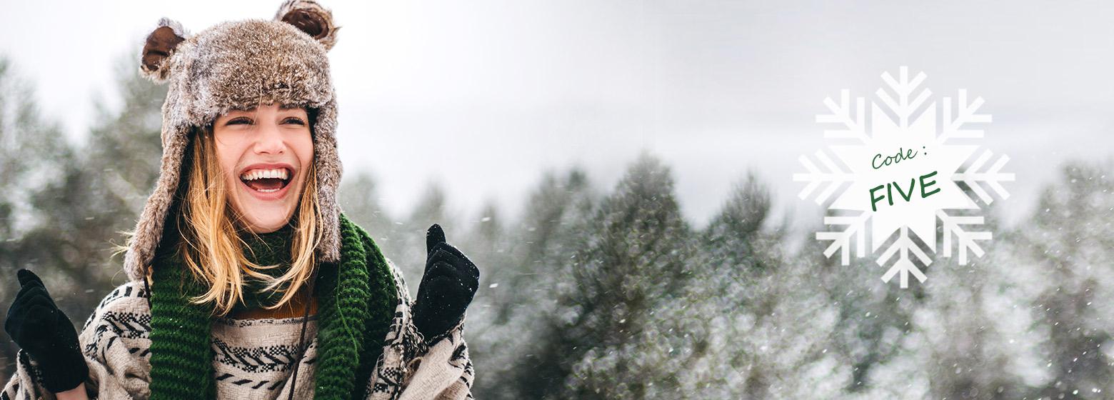 Jeune femme joyeuse sous la neige - Code : Five